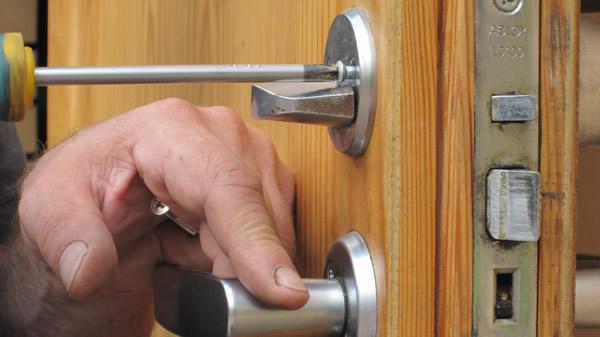 1496693224 zamena zamkov v metallicheskoy dveri foto