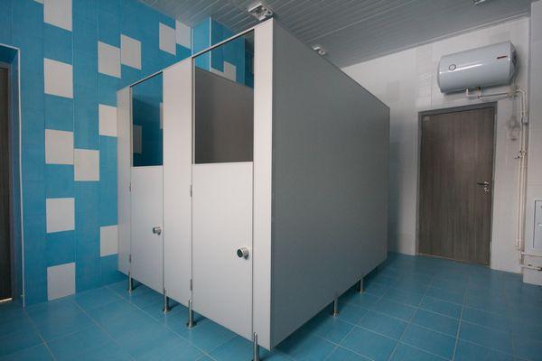 kabinki dlja tualetov v shkole 1